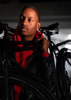 Homem afro-americano e sua bicicleta