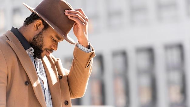 Homem afro-americano elegante posando do lado de fora