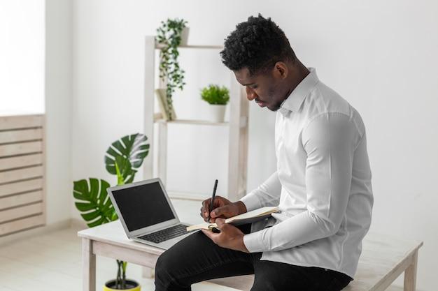 Homem afro-americano escrevendo