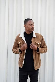 Homem afro-americano estiloso