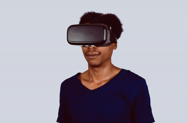 Homem afro-americano experimentando a realidade virtual.