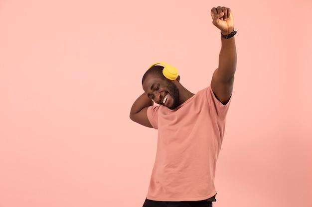 Homem afro-americano expressivo ouvindo música