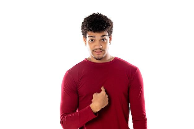 Homem afro-americano fofo com penteado afro, vestindo uma camiseta bordô isolado