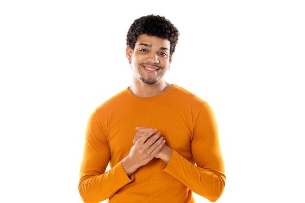 Homem afro-americano fofo com penteado afro, vestindo uma camiseta laranja isolado