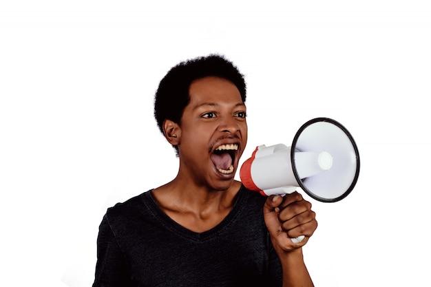 Homem afro-americano, gritando no megafone.