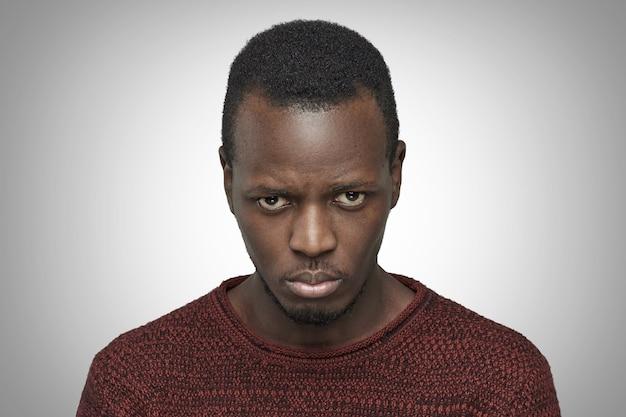Homem afro-americano irritado e envergonhado com mau humor e insatisfeito