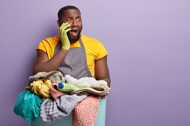 Homem afro-americano lavando roupa
