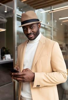 Homem afro-americano moderno de terno bege