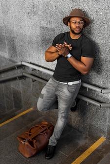 Homem afro-americano moderno posando na escada