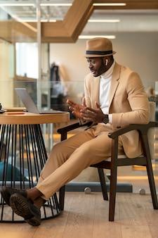 Homem afro-americano moderno trabalhando em um café Foto gratuita