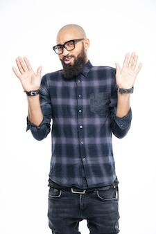 Homem afro-americano mostrando a placa de pare com as palmas das mãos isoladas em uma parede branca