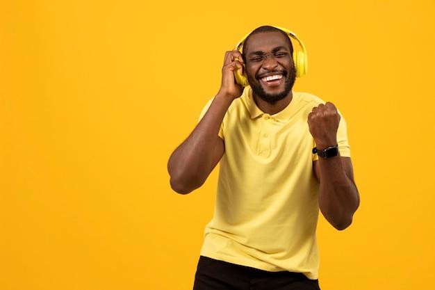 Homem afro-americano ouvindo música em fones de ouvido