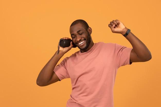 Homem afro-americano ouvindo música no alto-falante