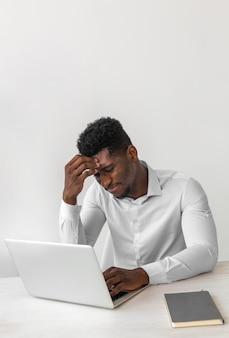 Homem afro-americano pensando alto