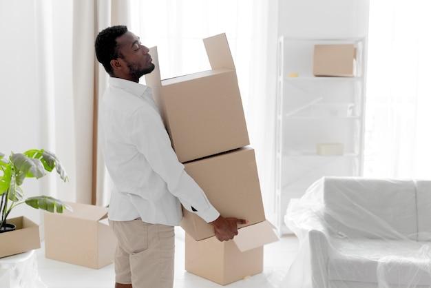 Homem afro-americano preparando sua nova casa para morar