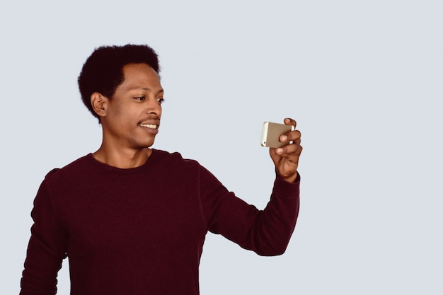 Homem afro-americano que toma o selfie no estúdio.