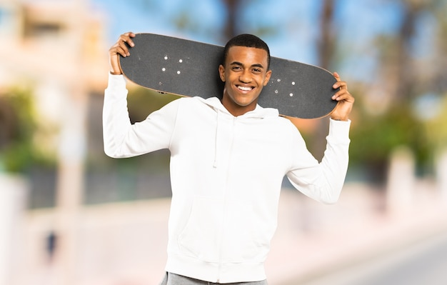 Homem afro-americano skatista ao ar livre