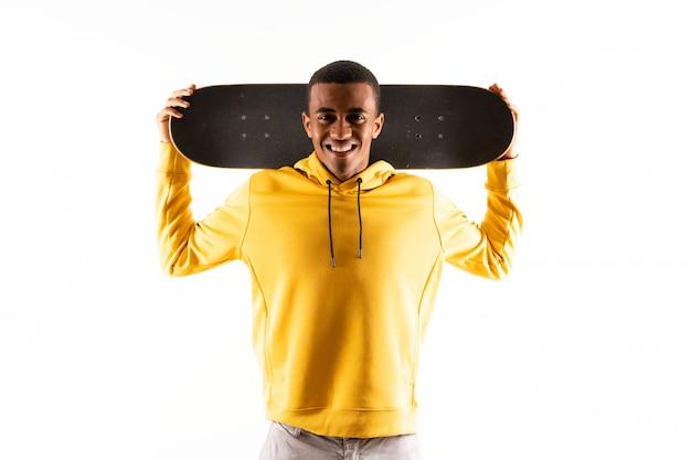 Homem afro-americano skatista sobre branco isolado