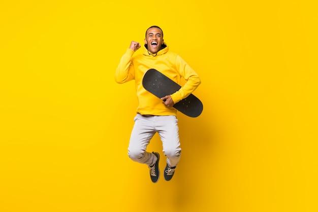 Homem afro-americano skatista sobre fundo branco isolado