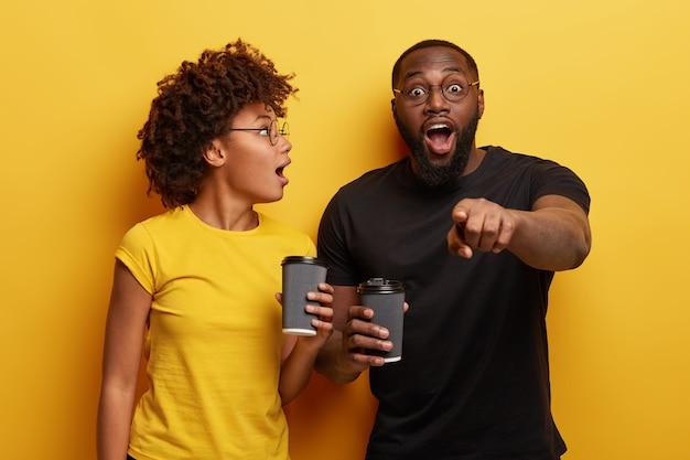 Homem afro-americano surpreso aponta diretamente