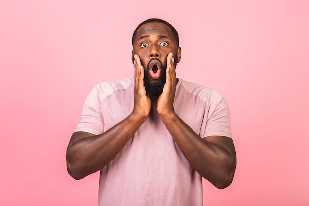 Homem afro-americano surpreso e surpreso no casual