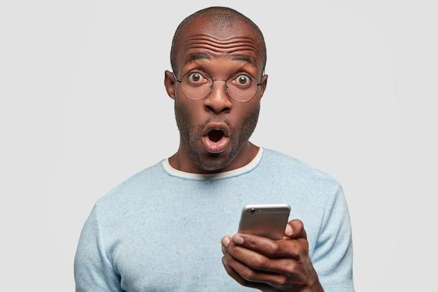 Homem afro-americano surpreso olhando desesperadamente para a câmera