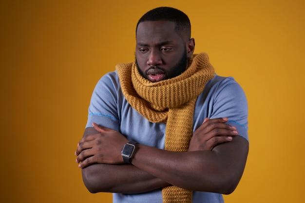 Homem afro-americano tem frio, é mal isolado.