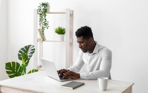Homem afro-americano trabalhando