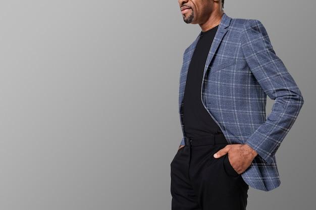 Homem afro-americano usando blazer de flanela para anúncio de roupas