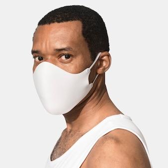 Homem afro-americano usando uma máscara facial durante o novo normal