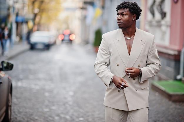 Homem afro elegante terno bege da velha escola. na moda jovem africano masculino em jaqueta casual no torso nu.
