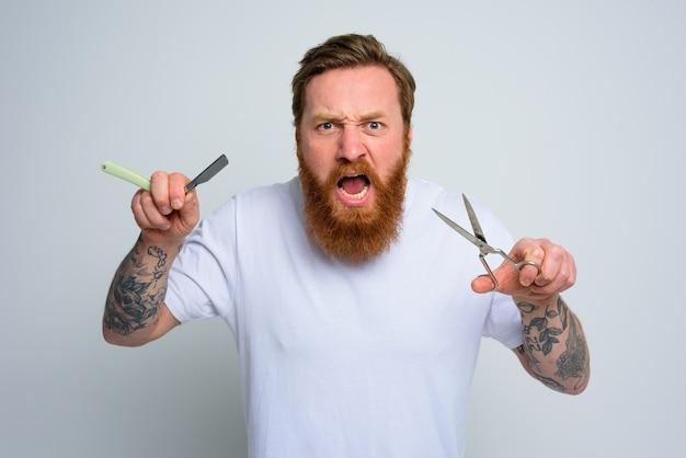 Homem agressivo com tesoura e lâmina está pronto para cortar a barba