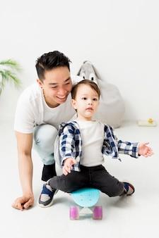 Homem ajudando criança usando skate em casa