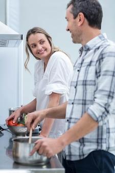 Homem, ajudando, mulher grávida, prepare alimento, em, cozinha