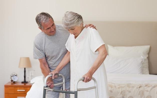 Homem ajudando sua esposa a andar
