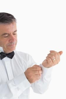 Homem ajustando sua camisa