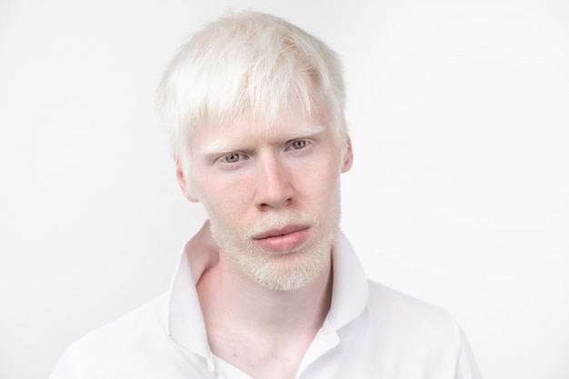 Homem albino no estúdio vestido t-shirt isolado no branco