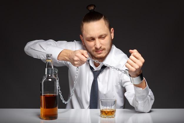 Homem alcoólica lutando com o seu problema