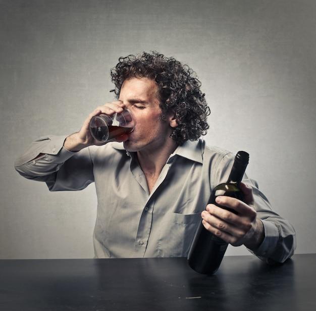 Homem alcoólico bêbado