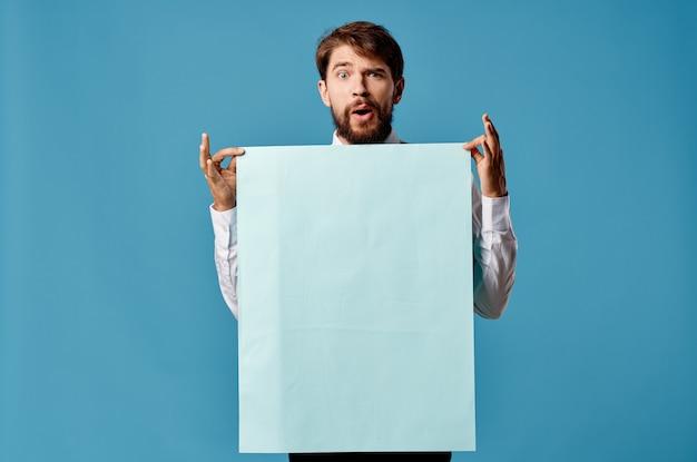 Homem alegre banner azul copyspace apresentação de publicidade close-up