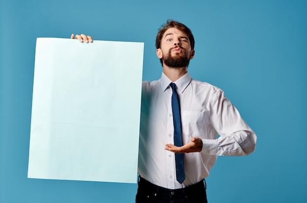 Homem alegre banner azul copyspace apresentação de publicidade fundo isolado