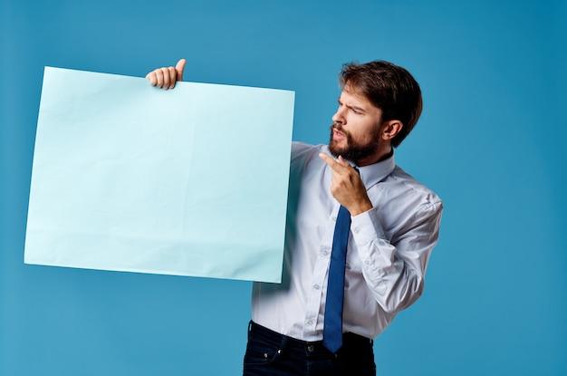 Homem alegre banner azul copyspace publicidade apresentação fundo azul