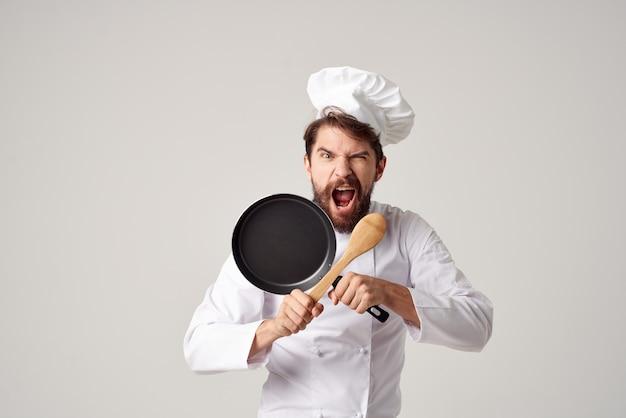 Homem alegre chef cozinha restaurante cozinhar trabalho. foto de alta qualidade