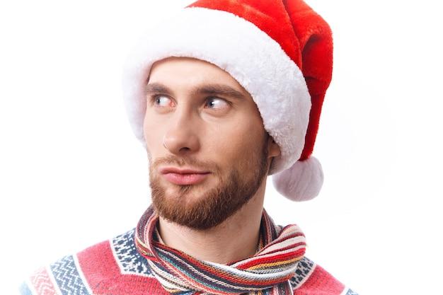 Homem alegre com chapéu de papai noel e decorações de natal