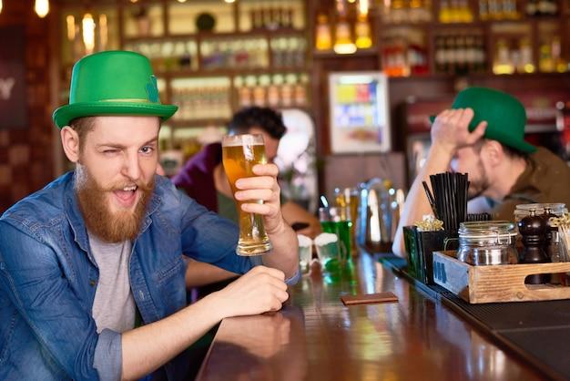 Homem alegre com copo de cerveja