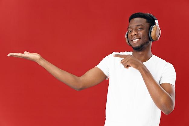 Homem alegre com fones de ouvido ajustando o espaço da cópia das mãos