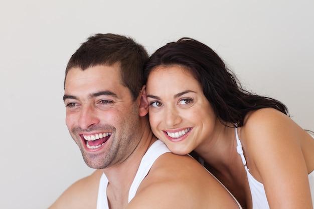 Homem alegre com mulher