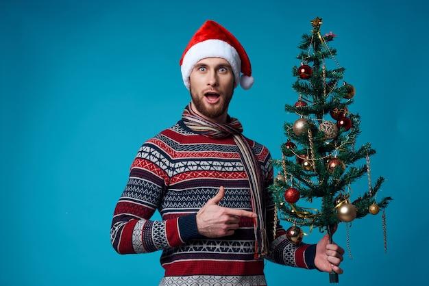 Homem alegre com roupas de ano novo anunciando cópia espaço isolado fundo