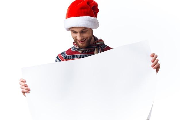 Homem alegre com roupas de ano novo, segurando uma bandeira de fundo claro de férias