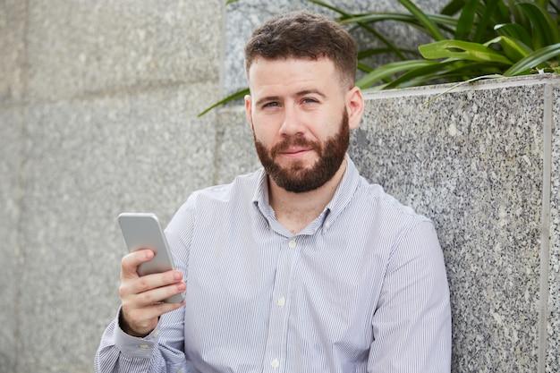 Homem alegre com smartphone